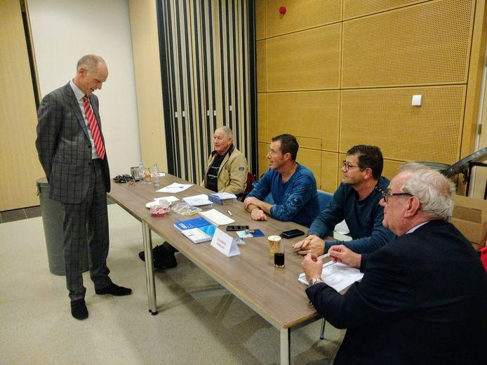 De waarnemend burgemeester van Veghel Fränzel informeert kort voor de sluiting nog even bij stembureau in 't Spectrum.