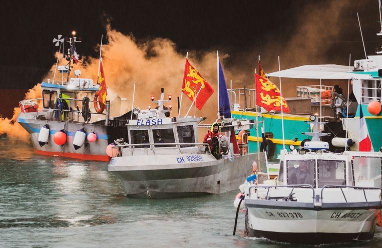 Vissersboten voor de kust van Jersey, donderdag. Ongeveer vijftig schepen deden mee aan een protest tegen het verlies van visgronden in Britse wateren.  Beeld AP