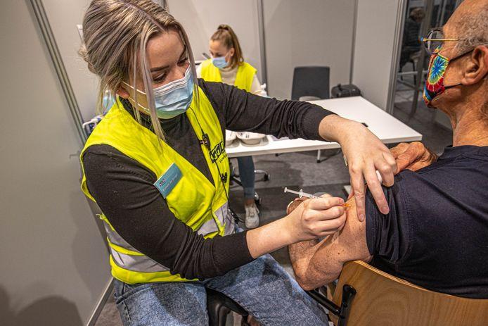 Vaccineren in de IJsselhallen in Zwolle.