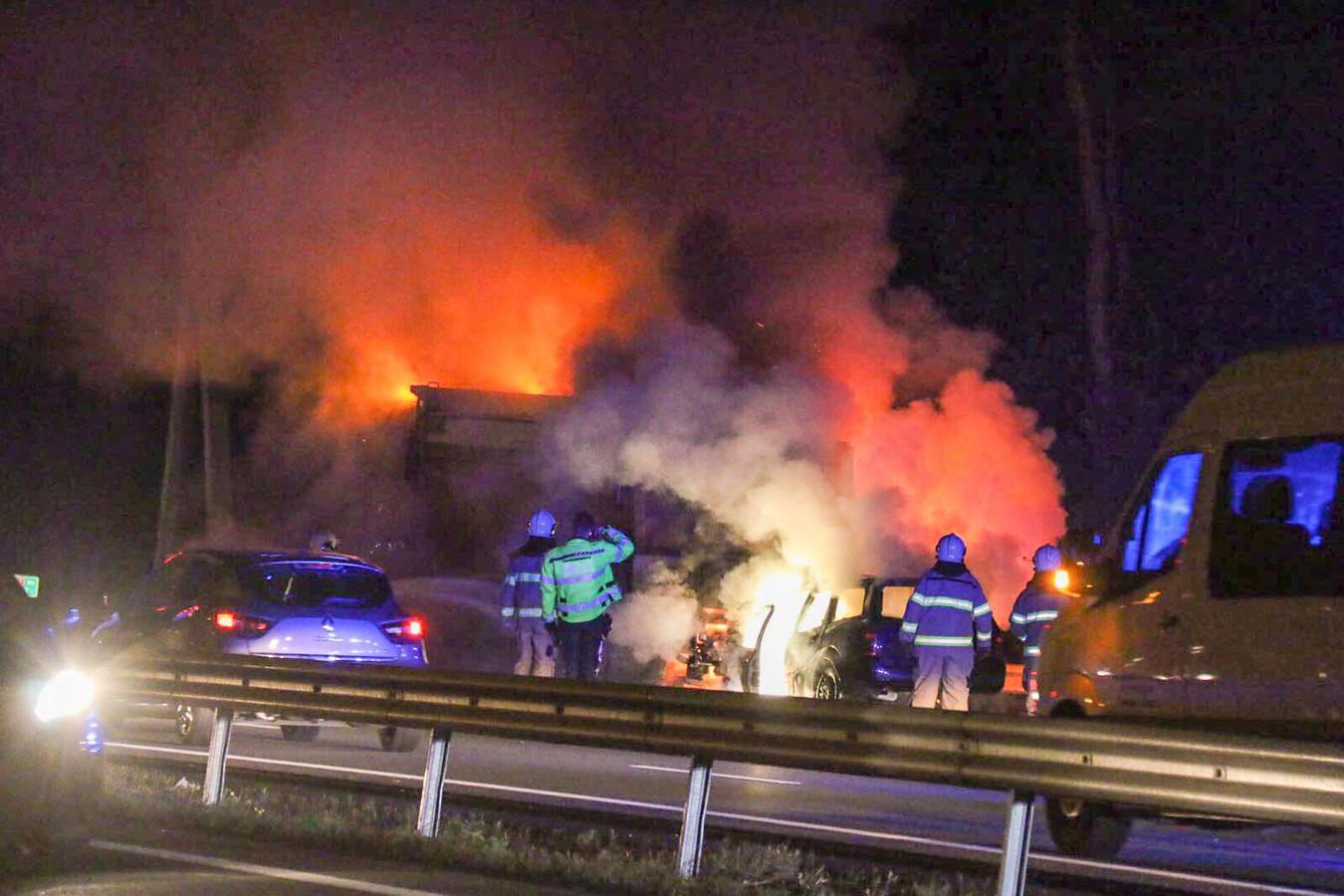 De voertuigen vlogen na het ongeluk op de A12 in brand.