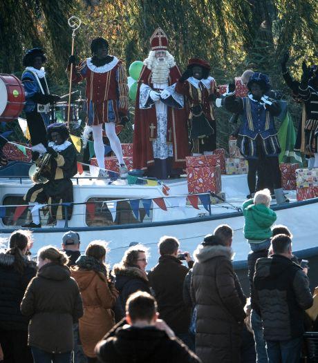 En we zingen en we springen niet als Sinterklaasje binnenkomt met zijn knecht