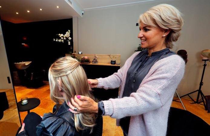 Een bezoek aan de salon van Hilde Kloosterman moet aanvoelen als een 'gewoon kappersbezoek'.