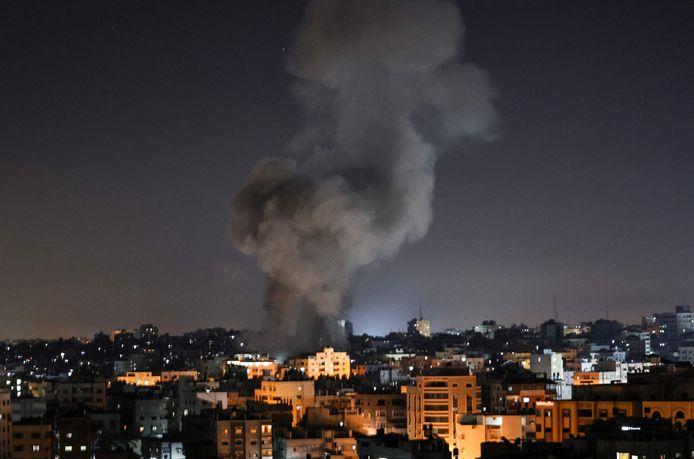 Een rookpluim hangt boven Gaza-stad na een luchtaanval door het Israëlische leger in de nacht van vrijdag op zaterdag. (15/05/2021)