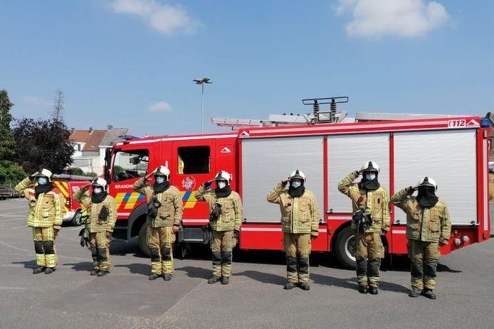 Vrijwilligers van brandweerpost Geraardsbergen hielden dinsdagmiddag een minuut stilte als eerbetoon aan de slachtoffers van de watersnood.