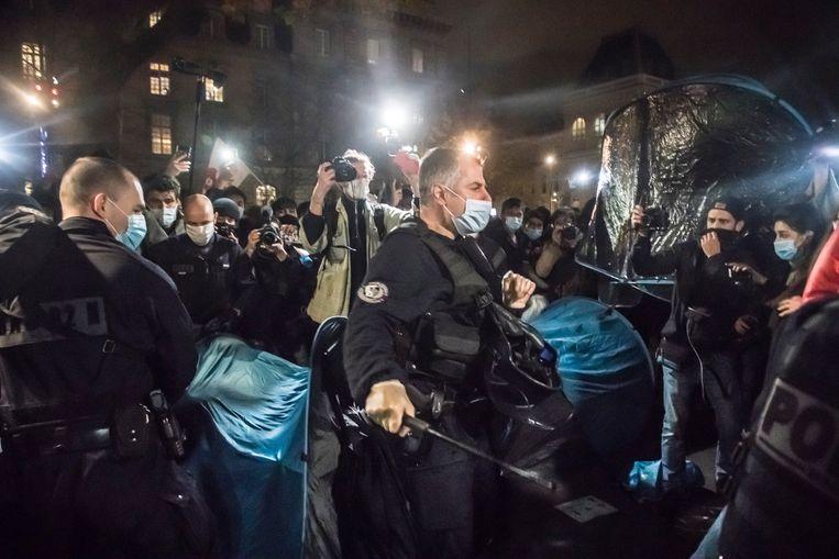 De politie treedt hardhandig op bij een tentenkamp op de Place de la République in Parijs. Beeld EPA