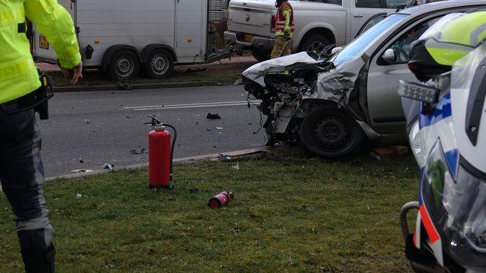De weg is afgesloten na een ongeval op de JC Kellerlaan in Hardenberg.