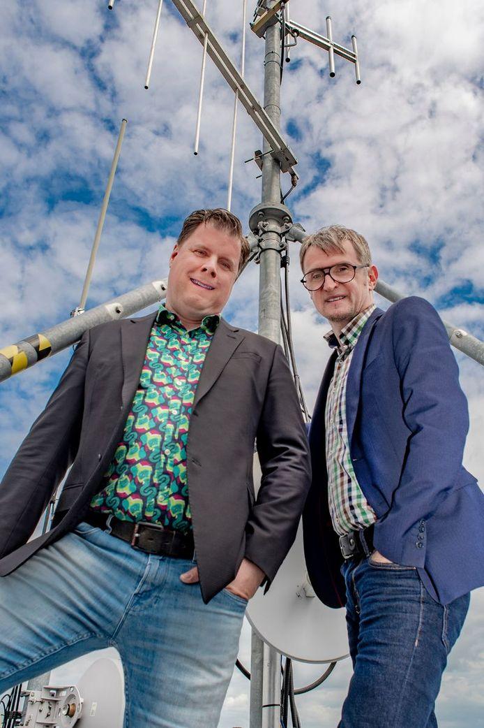 Christiaan Gijtenbeek en Serge Poppelaars, twee van de mannen achter Valouwe Media Stichting. De foto werd in juli naar de Stentor gestuurd bij een persbericht over digitale radio. Gijtenbeek en Poppelaars zorgden ervoor dat vier lokale omroepen via DAB+ kanaal 5a zijn te horen. Foto archief