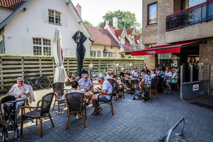 Terrassen mogen langer blijven staan in De Haan. Hier het terras van 't Pubtje ter illustratie.