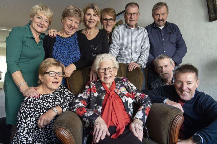 De honderdjarige Marie van Langen-Tijhuis met haar kinderen.
