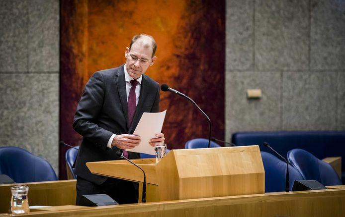 Staatssecretaris Menno Snel van Financien maakt in december 2019 zijn aftreden bekend tijdens een debat in de Tweede Kamer over de door ouders ontvangen dossiers inzake de kinderopvangtoeslagaffaire.