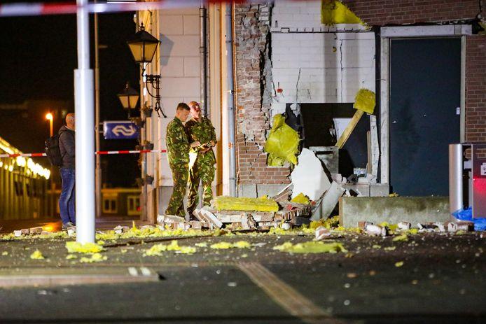 Een plofkraak heeft afgelopen nacht voor een ravage gezorgd bij het stationsgebouw in Apeldoorn