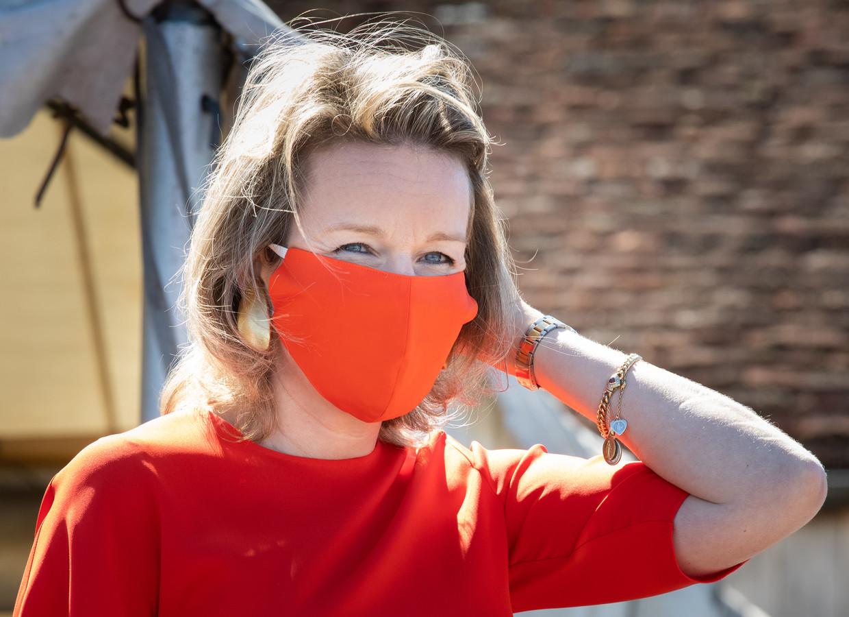 Koningin Mathilde met haar mondkapje.