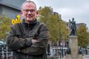 Schrijver Luc Brants poseert in 2018 bij het standbeeld van koning Willem II.