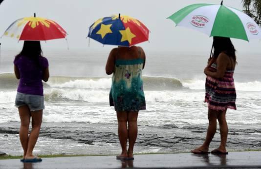 Bewoners op het strand in Queensland, Australië.