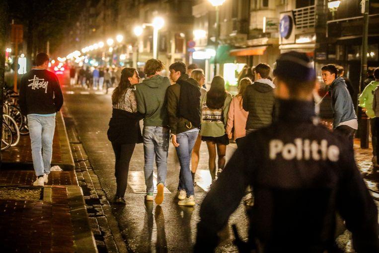 Een eerdere politie-actie om jongeren van het Alfred Verweeplein in Knokke-Heist weg te krijgen. (archieffoto) Beeld Benny Proot