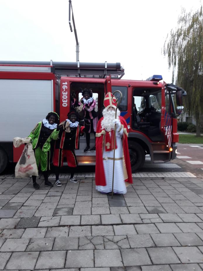 Op de Goede Herderschool in Bodegraven is Sinterklaas door de brandweer gebracht. Reden? Omdat een Piet niet van het dak durfde...