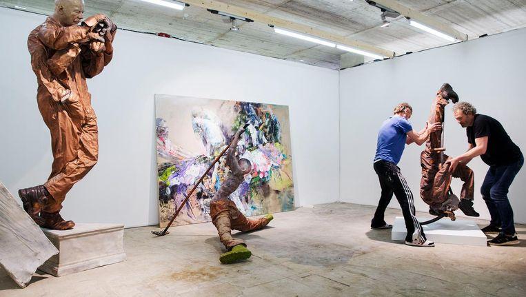 Opbouw van de Amsterdam Art Fair. Elke galerie toont slechts het werk van twee van haar kunstenaars. Beeld Jean-Pierre Jans