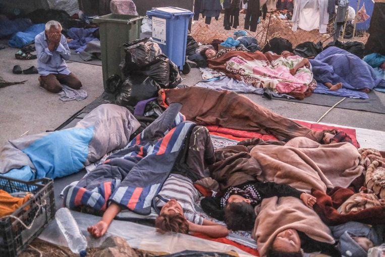 Duizenden migranten slapen en worden wakker op een terrein nabij de hoofdstad Mytilini. Ze leven gedwongen op straat nadat het gehele Moria kamp is afgebrand. Beeld Joris Van Gennip