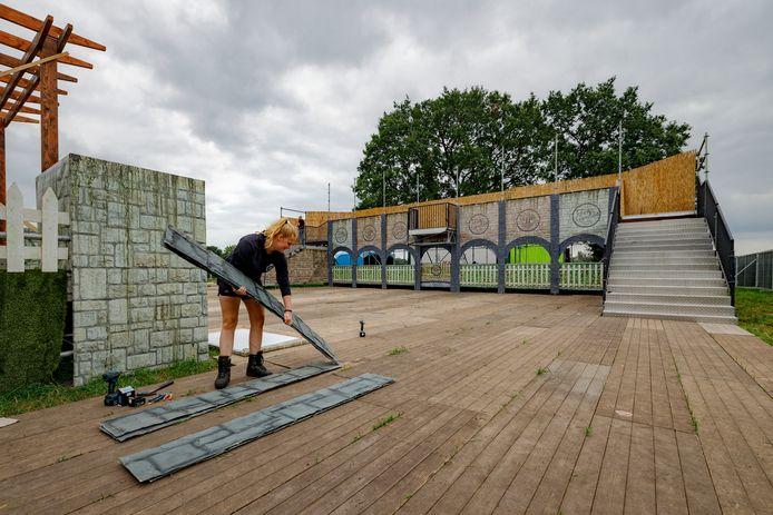 Vrijwilligers zijn druk met het opbouwen van het decor voor het festivalweekeind in Kaatsheuvel.