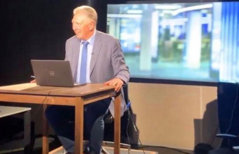 Nieuwsanker Dany Verstraeten presenteerde het VTM Nieuws van 19u vanuit een - heel basic - noodstudio. Beeld Stijn Vlaeminck