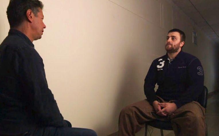 Een journalist van ABC News in gesprek met Muhammed Hasik die in de cel zit in Irak.
