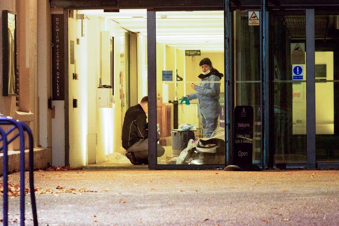Rechercheurs doen onderzoek in het museum in Londen waar een inbreker wist te ontkomen na de roof.