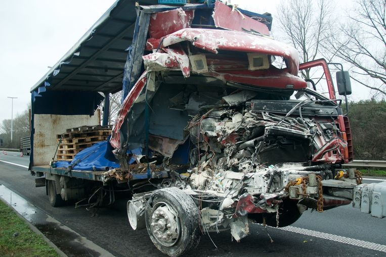 De chauffeur raakte als bij wonder heelhuids uit zijn vrachtwagen.