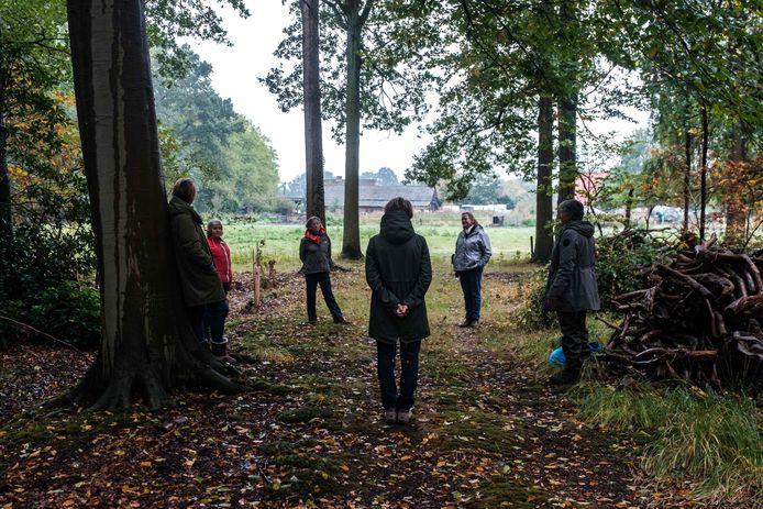 Donatienne Dierckx-de Borman geeft bosbaden in Bautersemhof, waarbij deelnemers opnieuw in contact komen met de natuur.