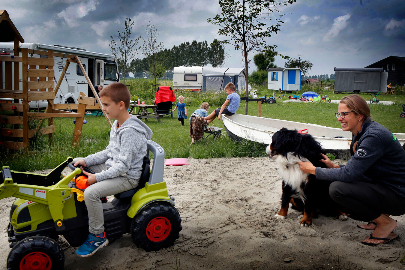 In een jaar tijd is camping De Speeltol in Drongelen uitgegroeid tot een mooi kampeerterrein middenin de natuur. Er zijn 1600 bomen aangeplant en eind dit jaar wordt de natuurspeeltuin geopend.
