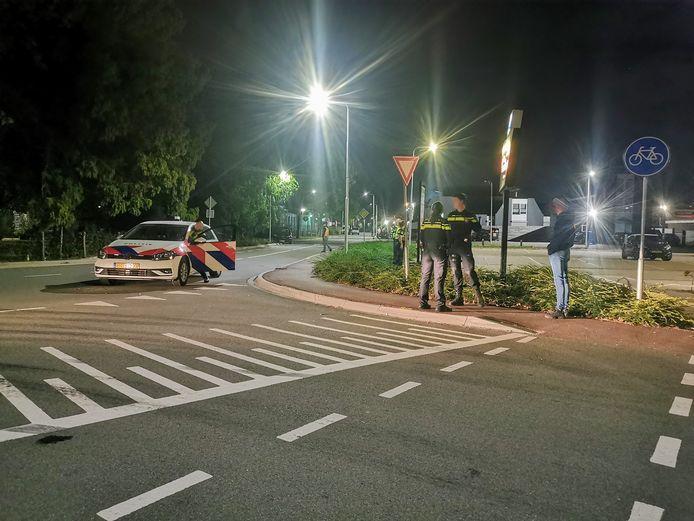 De situatie in Beesd zaterdagnacht nadat de politie is gearriveerd na de vechtpartij.
