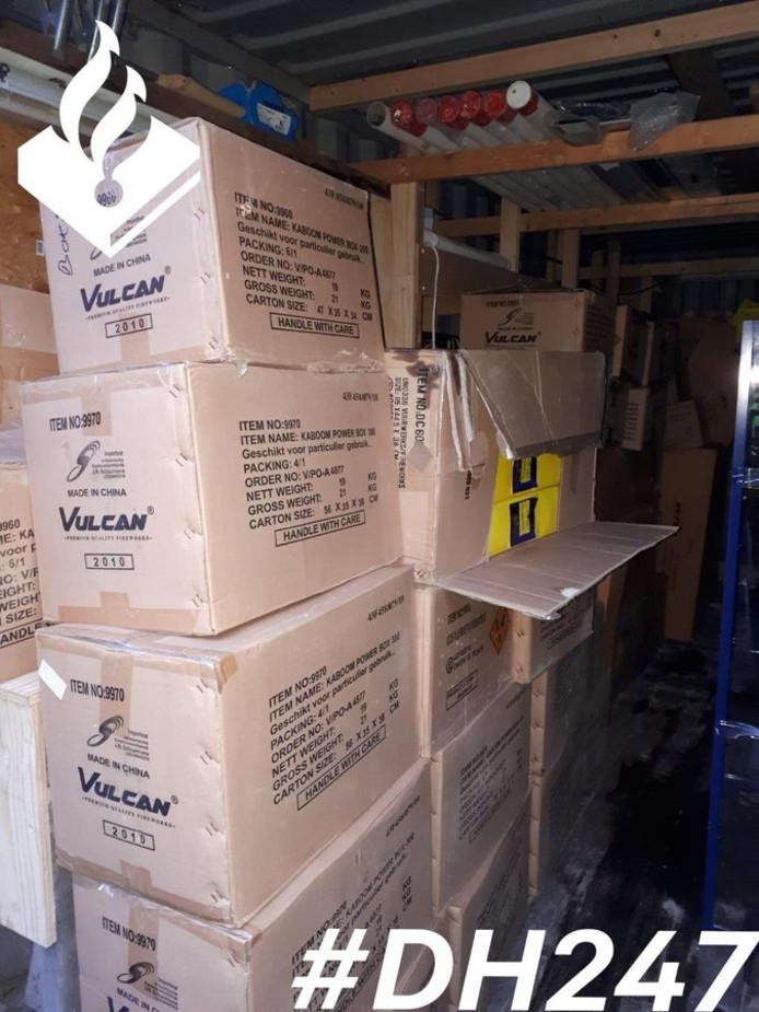 In een loods aan de Westzijdeweg in Hazerswoude heeft de politie 780 kilo vuurwerk gevonden