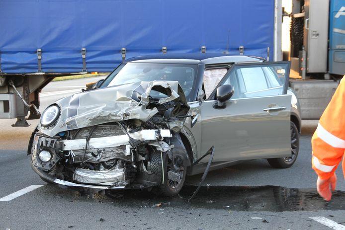 Op de kruising tussen de Burgermeester H. Boersingel met de N35 in Nijverdal zijn twee auto's en een bedrijfsbus vrijdagmiddag met elkaar in botsing geraakt.