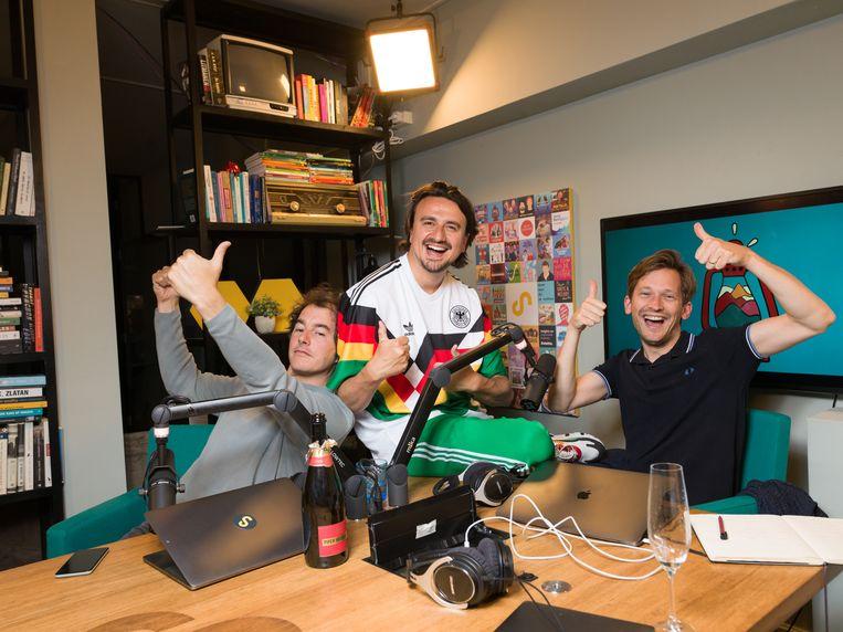 De drie presentatoren van 'De rode lantaarn': Willem Dudok, Jonne Seriese en Tim de Gier.  Beeld Ivo van der Bent