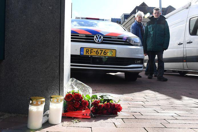 Frank Schrijen is maandag vermoord gevonden in zijn woning. Dinsdag hebben mensen bloemen gelegd.