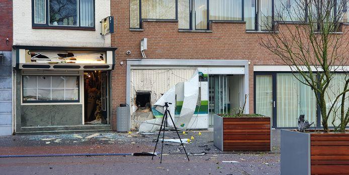 Ravage na de plofkraak in de nacht van dinsdag op woensdag op de ABN Amro geldautomaat aan de Molenstraat in Zundert.