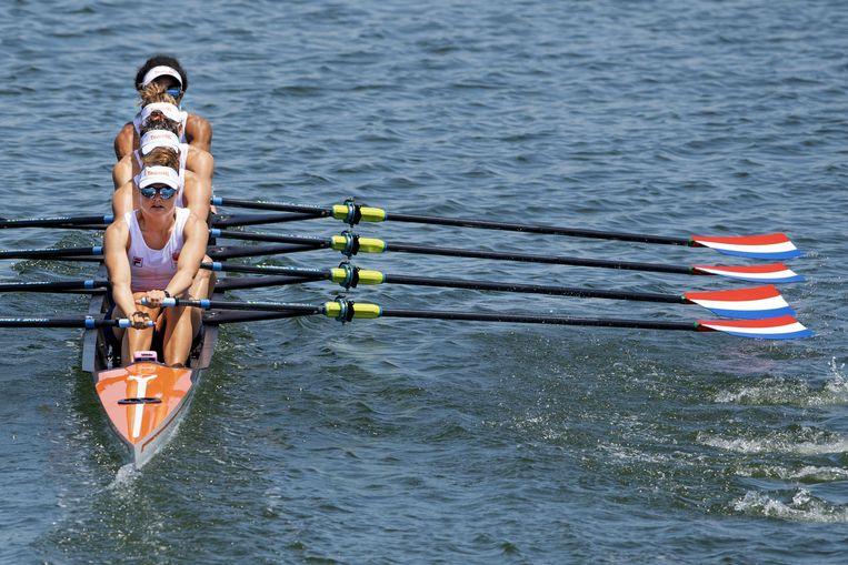 De vrouwen dubbelvier in actie tijdens de serie van vrijdag op de Sea Forest Waterway in Tokio.  Beeld ANP