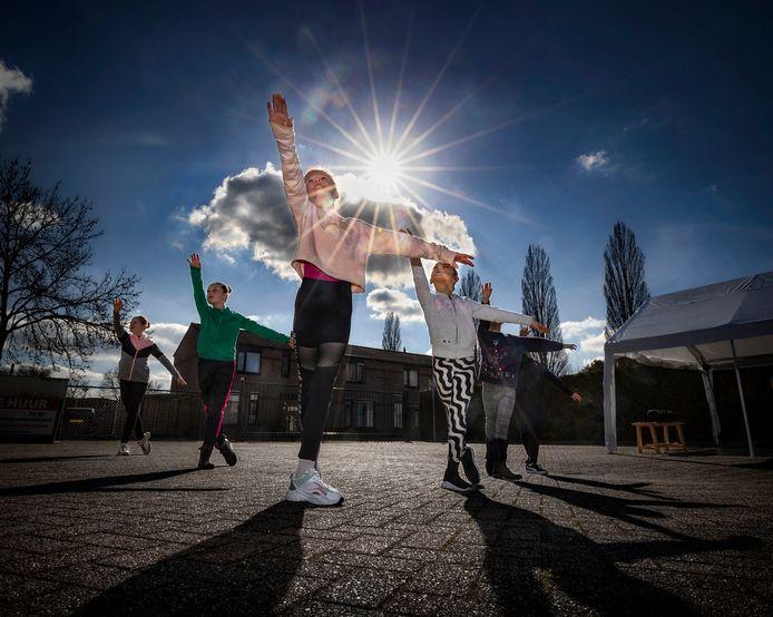 Tijd voor een plié: Zoë Aarts traint met vriendinnetjes bij Ballet- en Dansschool Loes in Deurne. De tweede keer na een lange lockdown. Eindelijk weer buiten balletles! En de zon zag dat het goed was.