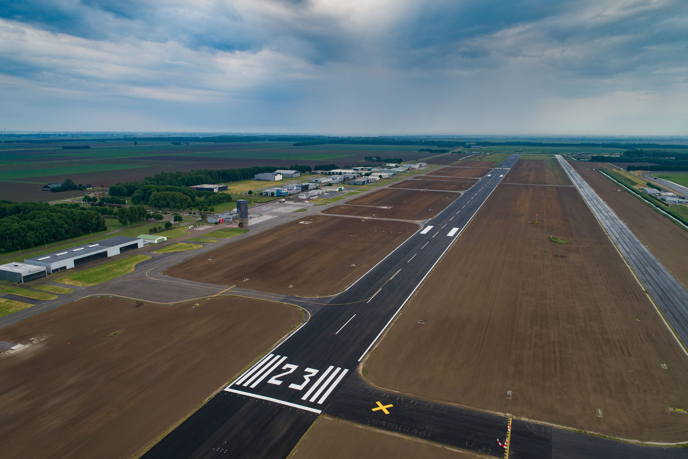 De startbaan van Lelystad Airport.