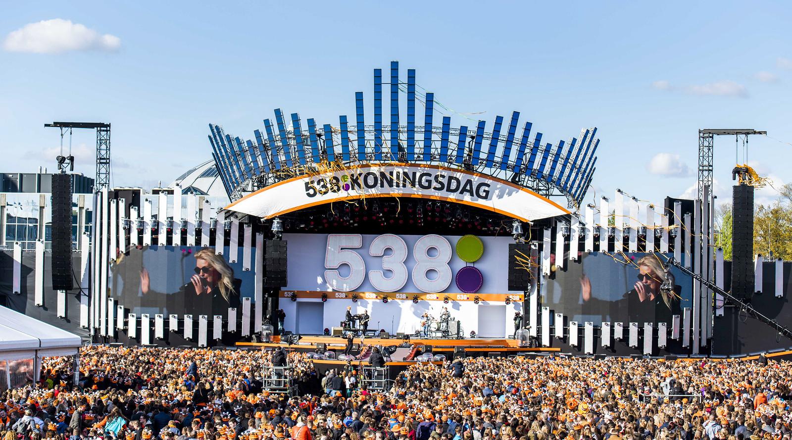 Publiek tijdens 538Koningsdag, een groot oranjefeest op het Chasseveld in Breda