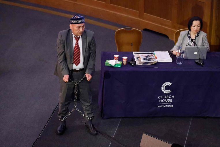 Omir Bekali liet deze maand als getuige in de rechtbank van Londen zien hoe hij geketend werd in een Chinees heropvoedingskamp. Beeld AFP