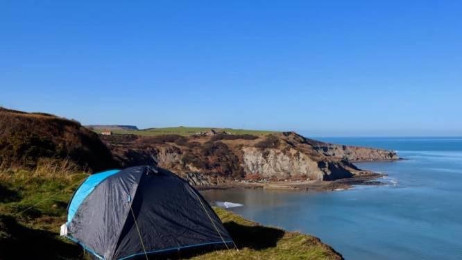 """Britse kustwacht waarschuwt gezin dat kampeert op """"gevaarlijke plaats"""" aan rand van afgrond"""