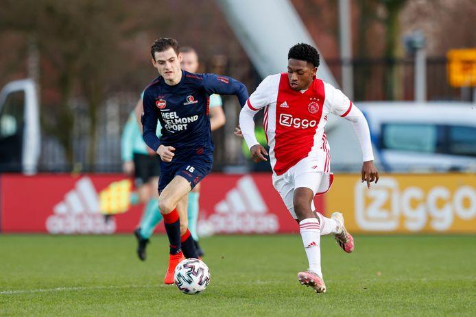 Jong Ajax-aanvaller Jaymillio Pinas (r) in duel met Helmond Sport-middenvelder Sander Vereijken.