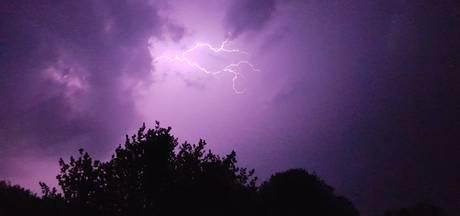 Onweer boven Tilburg: bekijk de video en foto's