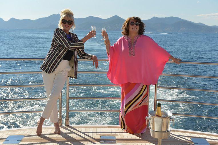 Joanna Lumley en Jennifer Saunders in Absolutely Fabulous: The Movie van Mandie Fletcher. Beeld