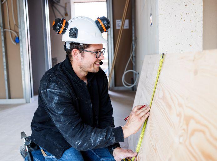 Toon van de Mortel uit Rosmalen kon op zijn eerste dag op de bouw van appartementencomplex De Moser in Tilburg direct meterkasten maken.