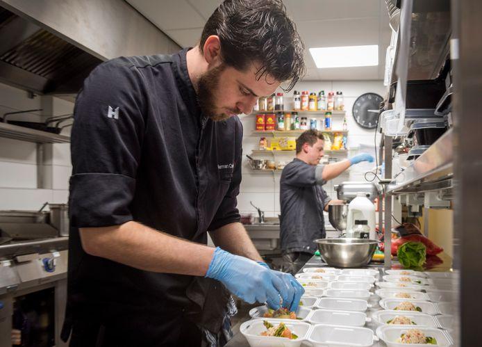 De bereiding van de maaltijden in de keuken van restaurant Eden.
