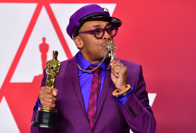 Spike Lee met zijn Oscar voor Best Adapted Screenplay voor 'BlacKkKlansman'. Beeld AFP