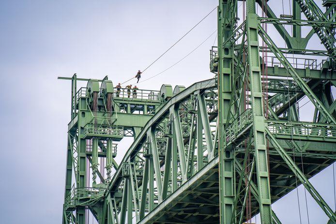 De militairen liepen over een koord van de ene naar de andere kant van de brug.