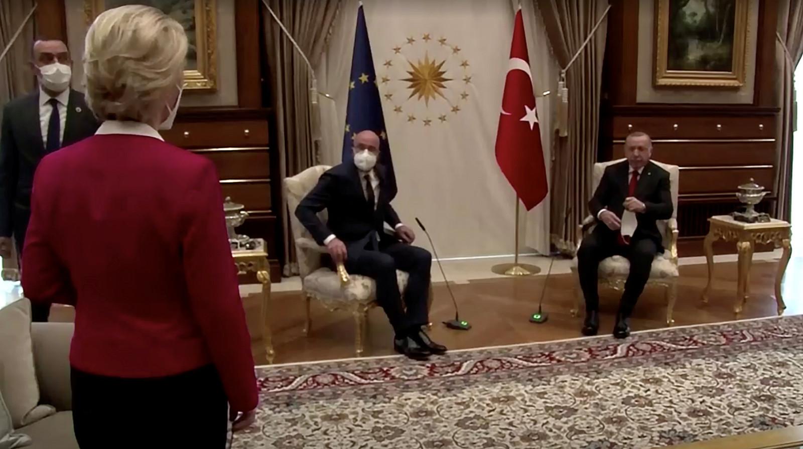 EU-Commissievoorzitter Ursula von der Leyen staat perplex als blijkt dat er voor haar geen stoel klaarstaat tijdens de ontmoeting met de Turkse president Erdogan, vorige week dinsdag in Ankara.