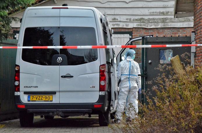 De politie doet nu sporenonderzoek in de woning waar de dode vrouw is gevonden.